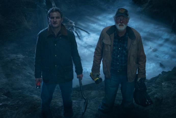 Louis Creed e Jud Crandall armati di torce nel bosco