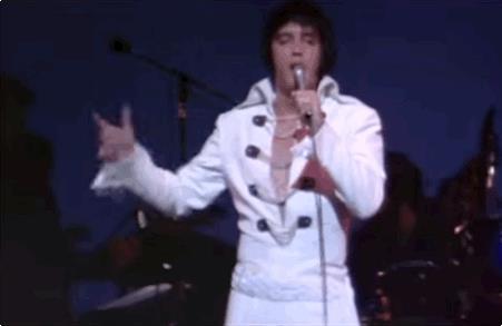 Elvis Presley durante una sua mossa