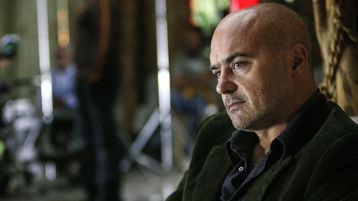 Un primo piano di Luca Zingaretti nel ruolo di Montalbano