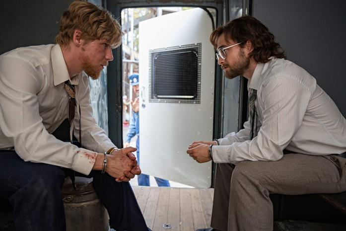 Daniel Webber e Daniel Radcliffe in una scena del film Escape from Pretoria