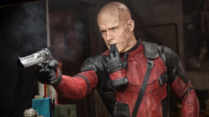 Ryan Reynolds nei panni di Deadpool con la tuta rossa