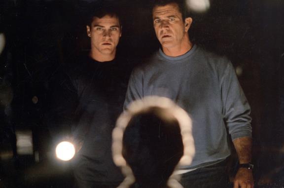 Joaquin Phoenix e Mel Gibson in una scena del film Signs