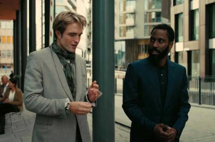 I due protagonisti del film dialogano camminando per strada