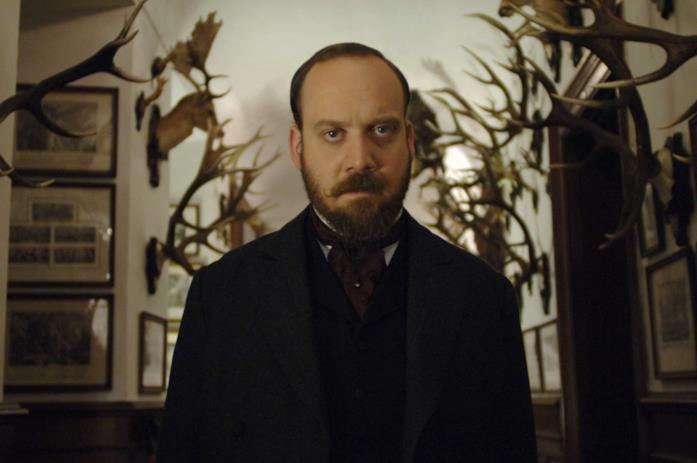L'ispettore Uhl cammina in un corridoio prima di fare rapporto al principe Leopold