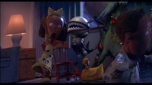 I pigiami con Topolino e Paperino dei bambini che scartano i regali in The Nightmare Before Christmas