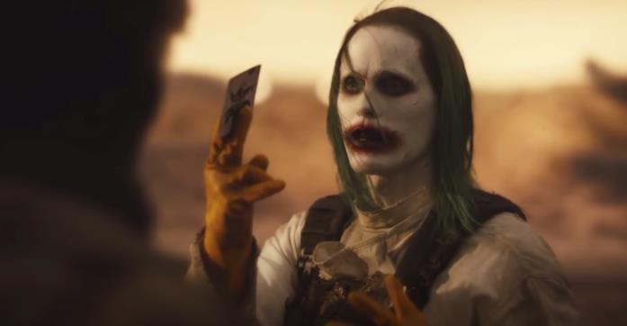 Joker consegna una carta della tregua a Batman
