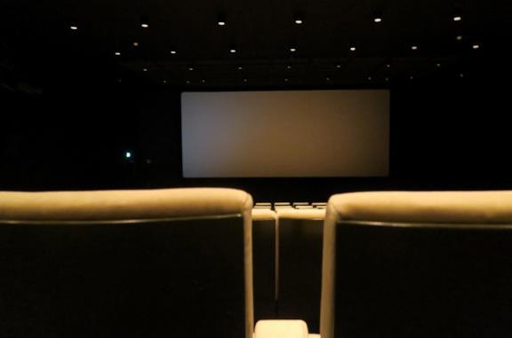 Una sala cinematografica chiusa e vuota
