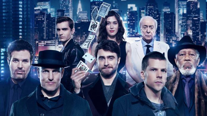 I membri del cast con alle spalle una luminosa città