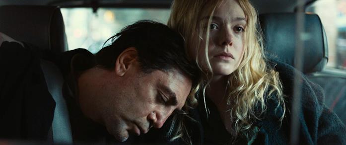 Javier Bardem e Elle Fanning in The Roads No Taken