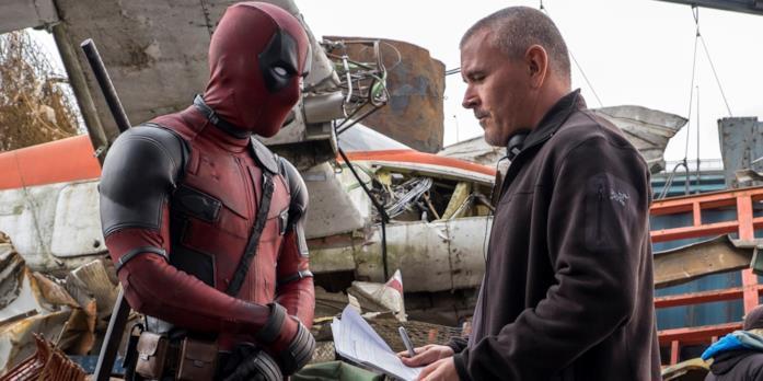 Il regista Tim Miller con Deadpool sul set del film del Degenerato Rigenerante