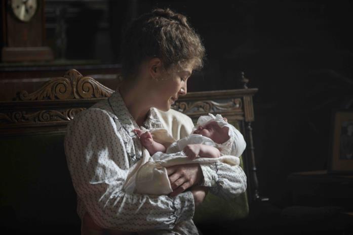 Marie Curie tiene in braccio la figlia
