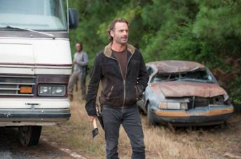 Un'immagine di Rick Grimes con in mano un'accetta dal set della stagione 6