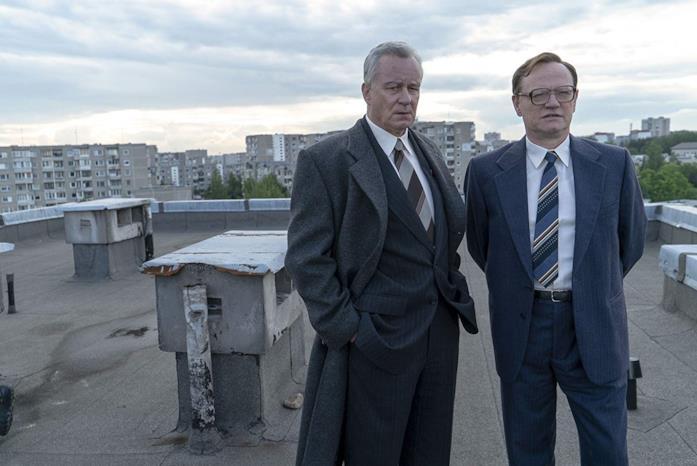 Stellan Skarsgård e Jared Harris in una scena della serie TV Chernobyl