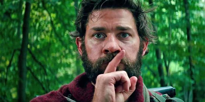 John Krasinski, nei panni del suo personaggio in A Quiet Place, mentre chiede di fare silenzio