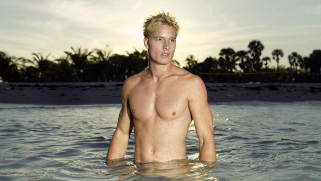 Mezzobusto di Justin Hartley in acqua