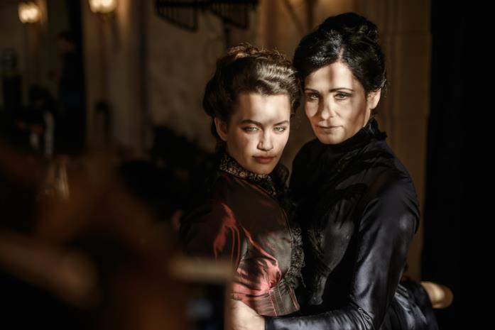 Fleur abbraccia la contessa ungherese che la ospita