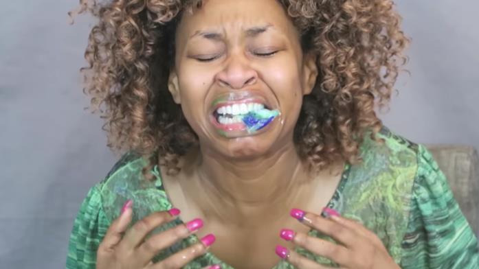 Screenshot del video dell'utente YouTube GloZell Green mentre mastica una capsula di detersivo