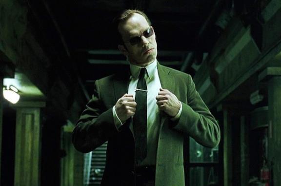 Un'immagine di Hugo Weaving nei panni dell'Agente Smith