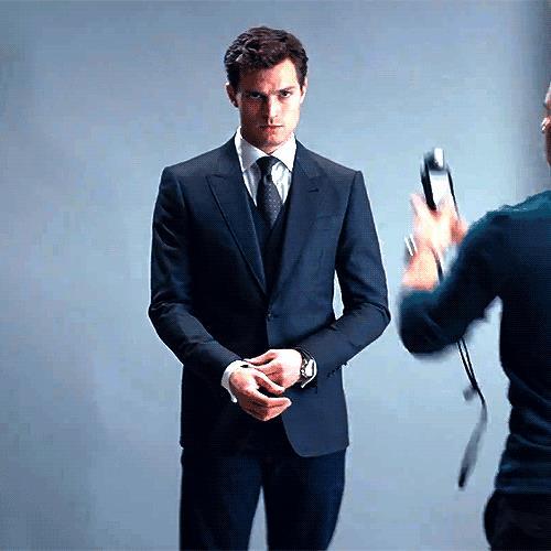 Christian Grey in completo elegante