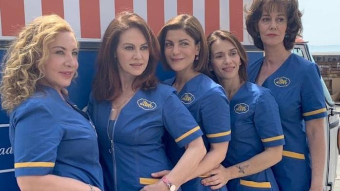 Elena Sofia Ricci e altre attrici del cast in Vivi e lascia vivere