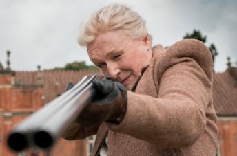 Glenn Close prende la mira con un fucile