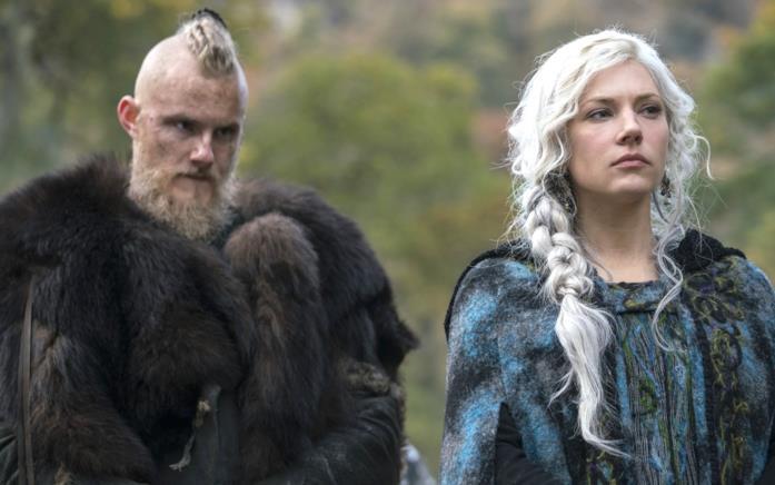 Alexander Ludwig e Katheryn Winnick in una scena di Vikings