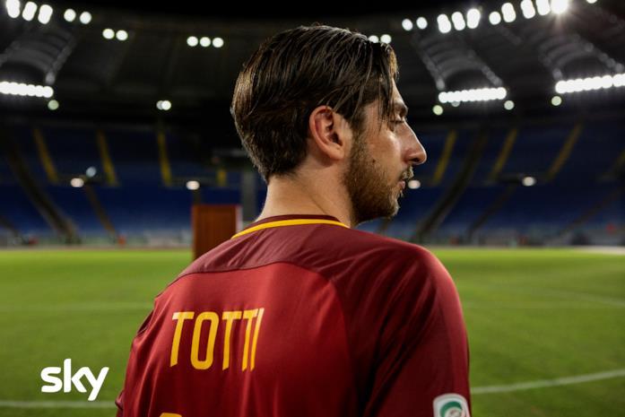 Francesco Totti (interpretato da Pietro Castellitto) si trova in un campo da calcio