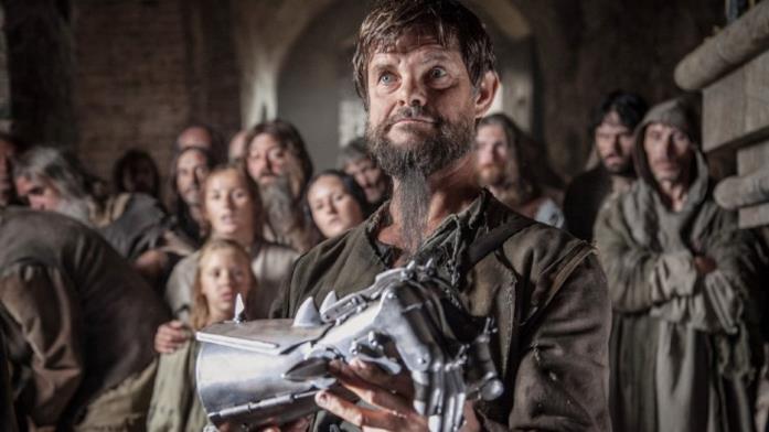 Lars Rudolph porge la protesi in una scena del film Iron Fist