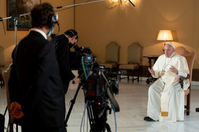 Un'immagine di Papa Francesco al lavoro sulla docuserie Netflix