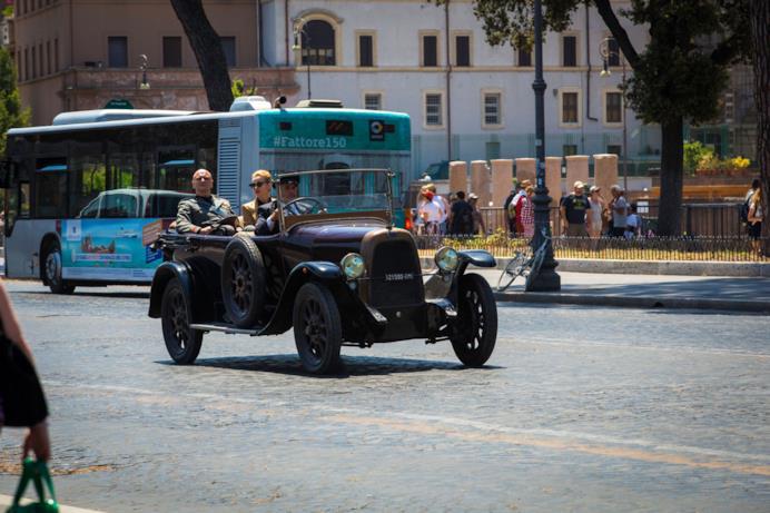 Una scena di Sono tornato con Mussolini su un'auto anni '40