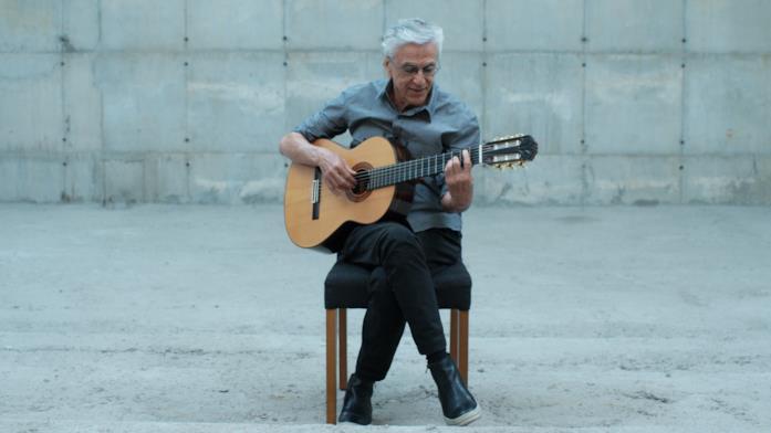 Caetano Veloso con la chitarra in una scena del film Narciso in vacanza