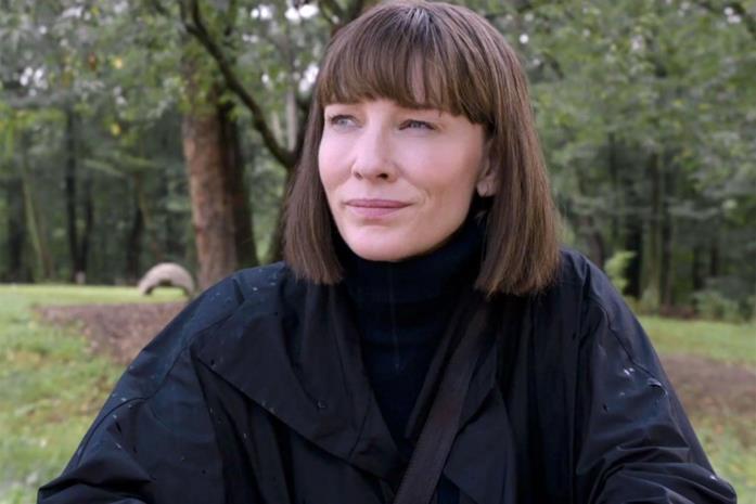 Mezzo primo piano di Cate Blanchett in una scena del film