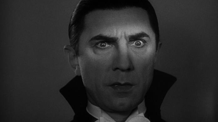 Una sottile striscia di luce illumina lo sguardo inquietante di Dracula (Bela Lugosi)