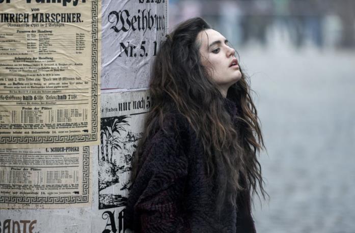 Ella Rumpf è la sensitiva Fleur Salomè in Freud su Netflix
