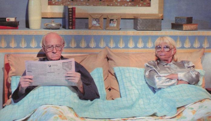 Sandra Mondaini e Raimondo Vianello a letto in una scena della sit-com