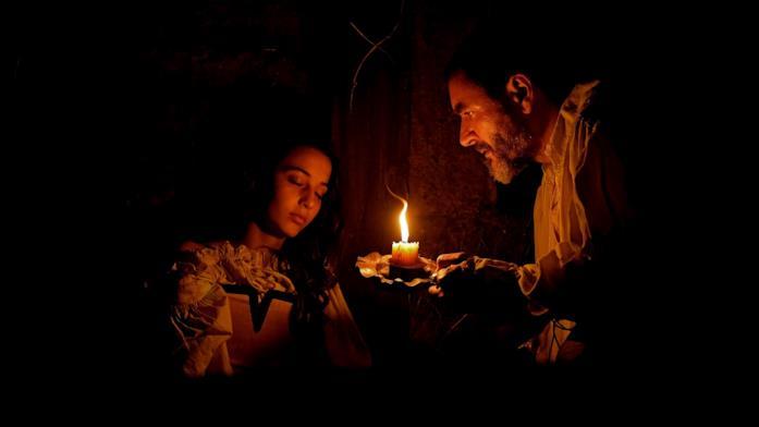 Amaia Aberasturi e Alex Brendemühl in una scena del film Il sabba