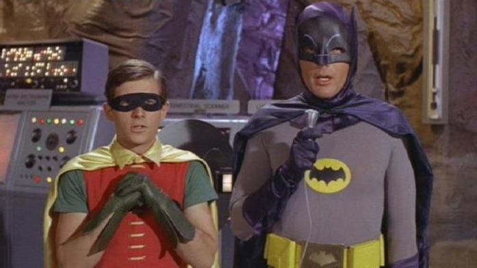 Mezzibusti di Adam West e Burt Ward nei panni di Batman e Robin, nella Bat-caverna