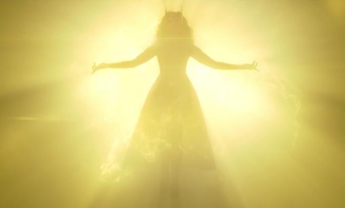 L'ombra di Scarlet Witch all'interno di un bagliore giallo