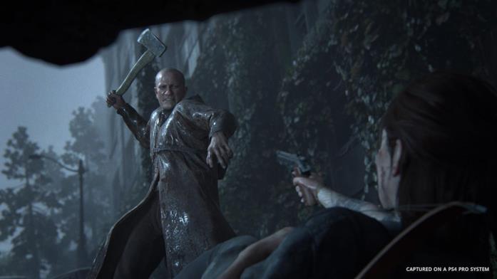 Ellie si difende da un nemico che prova a ucciderla in The Last of Us - Part II