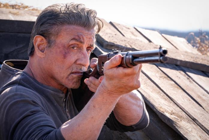 Sylvester Stallone punta il fucile in Rambo: Last Blood