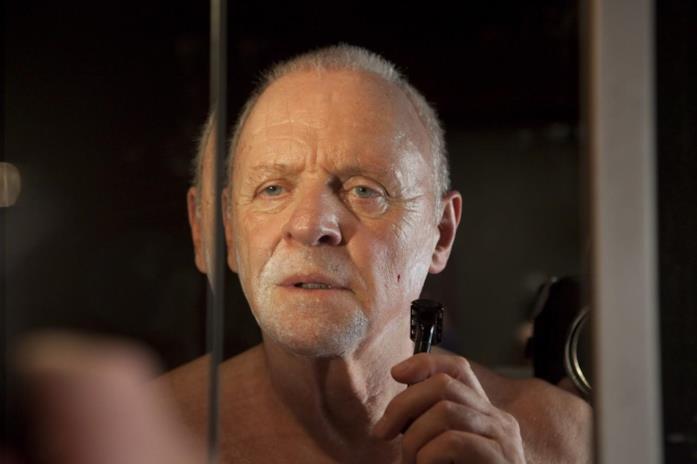 Padre Lucas (Anthony Hopkins) si rade allo specchio, percependo l'inizio della possessione