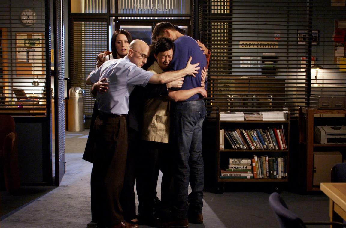 Un'immagine dei protagonisti di Community stretti in un abbraccio
