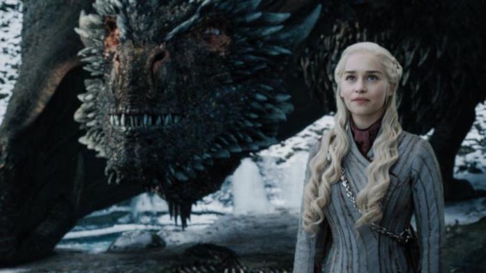 Drogon ed Emilia Clarke in una scena di Game of Thrones
