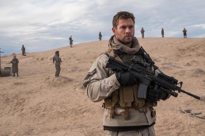 Chris Hemsworth imbraccia il fucile in 12 Soldiers
