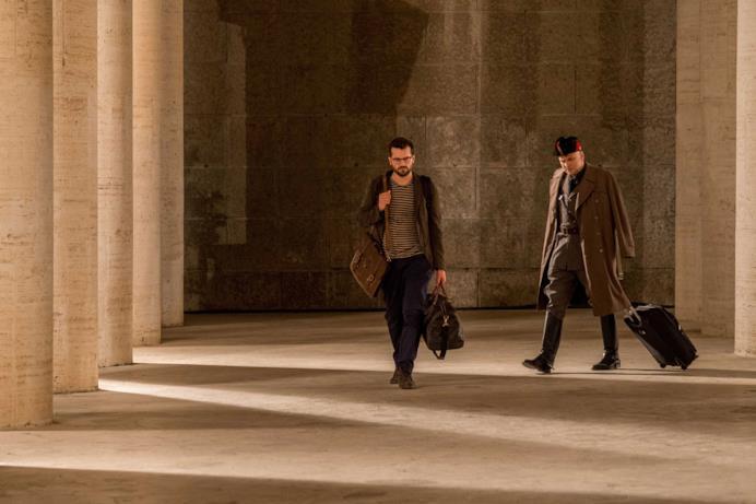 Mussolini e Andrea Canaletti in un corridoio