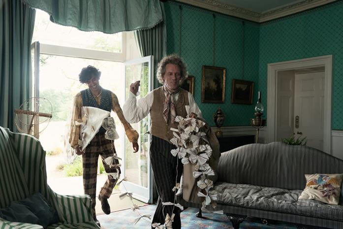 Dev Patel e Hugh Laurie in una scena del film La vita straordinaria di David Copperfield