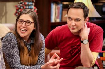 Primo piano di Mayim Bialik e Jim Parsons in The Big Bang Theory