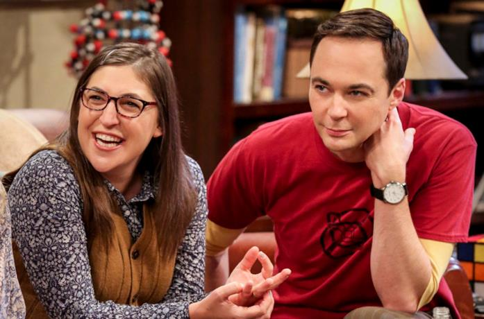 Primo piano di Mayim Bialik e Jim Parsons in The Big Bang Theory