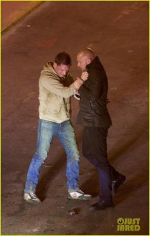 Tom Hardy afferra Scott Haze per un scena di Venom