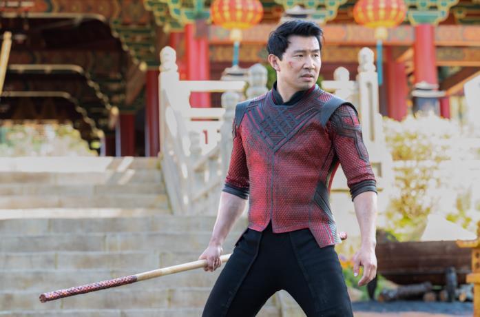 Shang-Chi con un bastone
